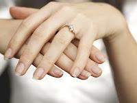 Makna dan Arti Cincin Pernikahan di Jari Manis
