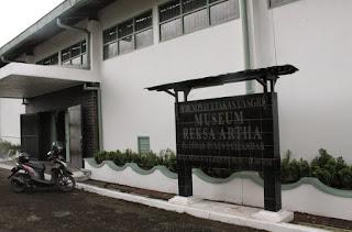 http://www.teluklove.com/2017/04/destinasti-objek-wisata-museum-reksa.html