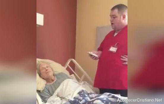 Enfermero canta himnos cristiano en hospital