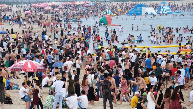 Lượng khách du lịch đổ về Bãi Cháy đông nghịt vào dịp lễ