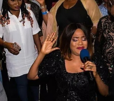 toyin aimakhu kneels for london fans