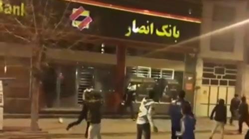 مردم  قهرمان  و جوانان دورود بعد از شهادت جوانان توسط پاسداران خامنهای  اماکن دولتی را تخریب کردند
