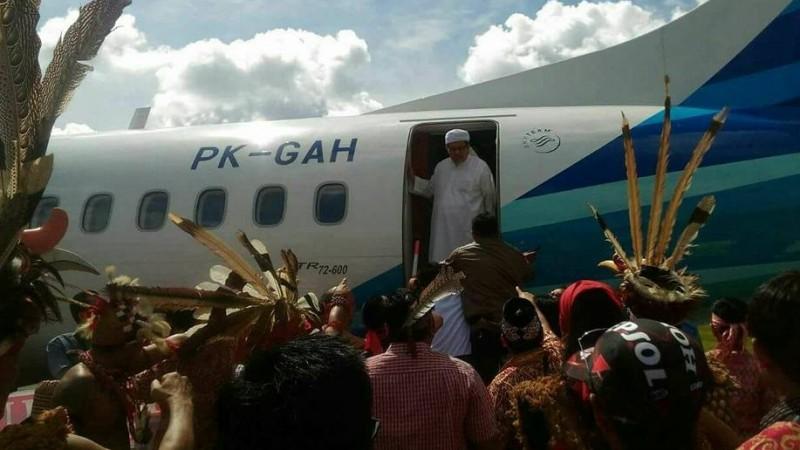 Wasekjen MUI Tengku Zulkarnain dihadang warga di Bandara Sintang
