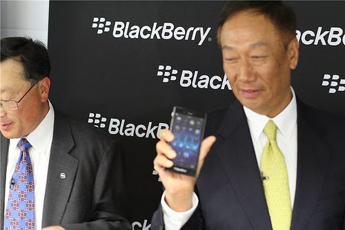 """A eso de las 9 de la mañana, BlackBerry convoco a una rueda de prensa bien cerrada para lanzar al BlackBerry lanza el Z3 en el marco del Mobile World Congress 2014 en Barcelona, España. Fotos cortesía de CrackBerry, gracias amigos. El smartphoneBlackBerry® Z3, un nuevo dispositivo de la familia BlackBerry® 10, tiene una pantalla de 5"""" completamente táctil y fue especialmente diseñado para los usuarios de Indonesia. Este smartphone elegante y accesible viene equipado con el último sistema operativo de BlackBerry 10, la versión 10.2.1, y funciones excepcionales para mejorar la productividad. El smartphone BlackBerry Z3 es el primer"""