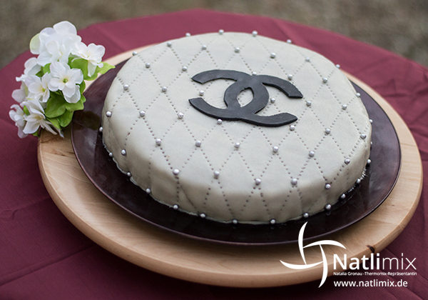natlimix kochrezepte zum verlieben chanel biskuit torte tr s chic. Black Bedroom Furniture Sets. Home Design Ideas