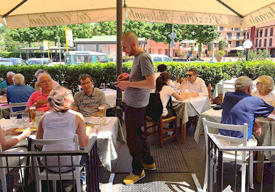 Outdoor dining at Ristorante Pizzeria La Cantina in Greve in Chianti