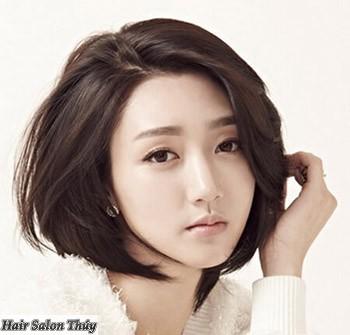 """<img src=""""toc-ngan-uon-cup-han-quoc.jpg"""" alt=""""Kiểu tóc uốn cụp đuôi 2017 mái xéo""""/>"""