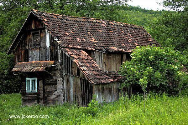 Arquitectura de casas una casa de madera en ruinas en for Restauracion de casas viejas