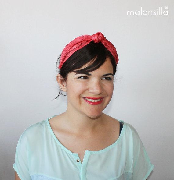Chica con tocado rojo tipo diadema - turbante en rojo con el pelo moreno