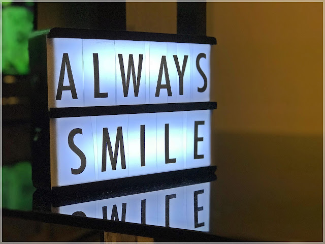 Light box z napisem 'always smile'