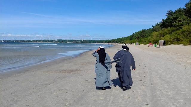 Nonnen am Strand