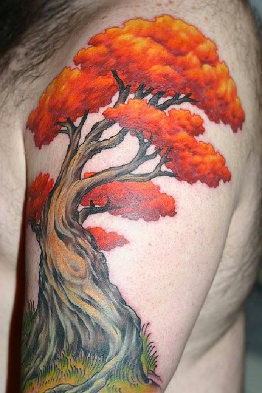 vemos a un hombre que lleva el tatuaje de un arbol de color rojo