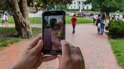 Una mujer juega en un teléfono móvil con la aplicación Pokémon Go en el parque Lafayette de Washington, capital de Estados Unidos, 12 de julio de 2016.
