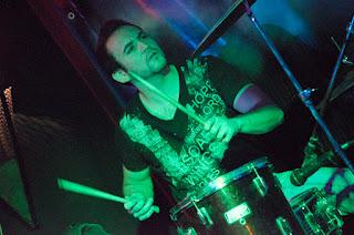 fotografía de concierto, baterista con batacas al aire