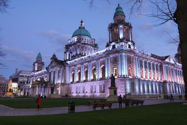 Belfast, city hall, kaupungintalo iltavalaistuksessa