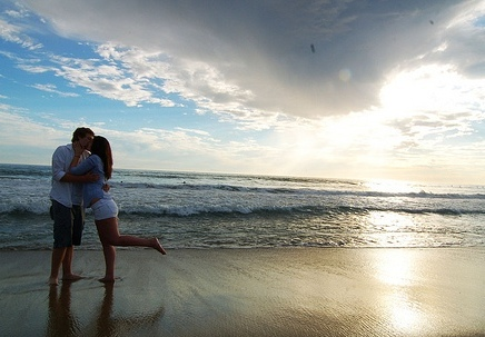 http://3.bp.blogspot.com/-4rcdMyFJcQQ/ThhI01810dI/AAAAAAAAE00/Z_FW0ztNGm8/s1600/Love+Couple+Kiss+on+Beach+Wallpaper.jpg