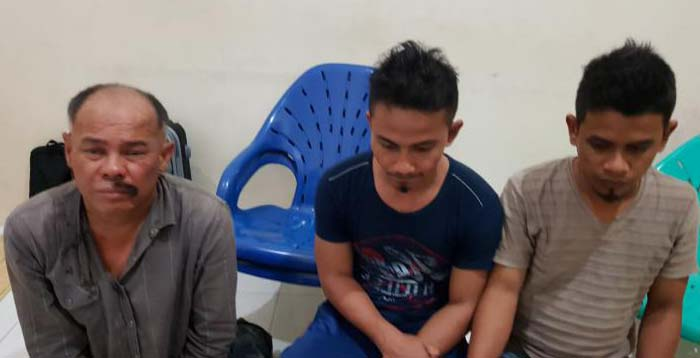 Ketiga tersangka kurir sabu yang membawa 1 kg sabu dari Malaysia.