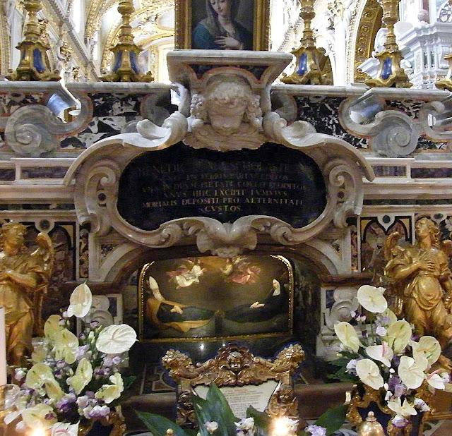 Túmulo de São Bento e de sua irmã Santa Escolástica, abadia de Montecassino, Itália.
