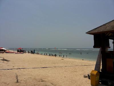 Hamparan pasir putih dan ombak yang tenang di Pantai Pandawa Bali