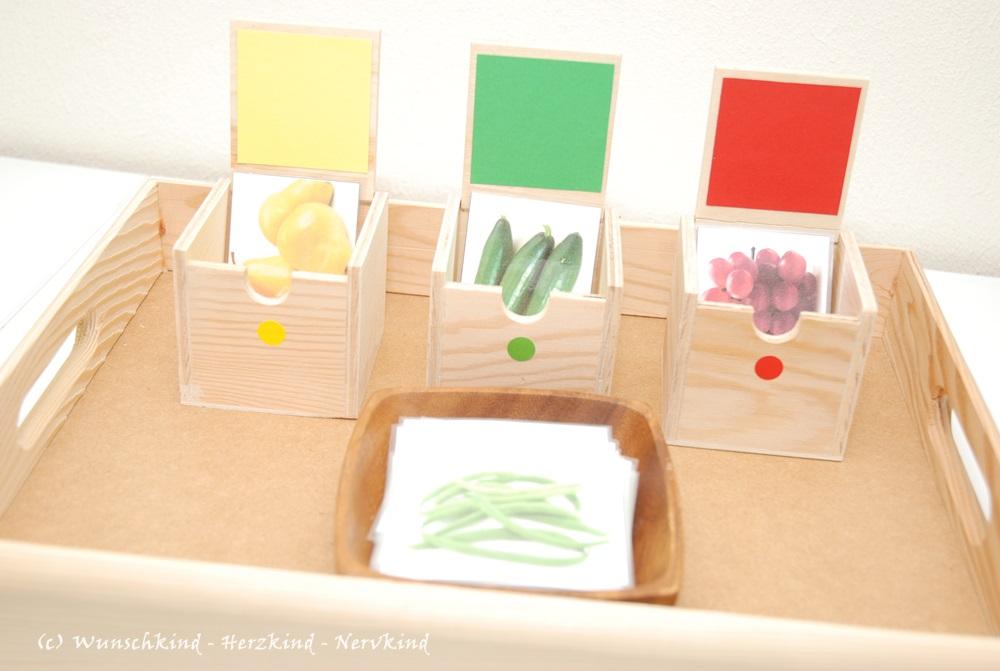 Spielidee nach Montessori. Obst und Gemüse nach Farben sortieren. Montessori inspiriert.