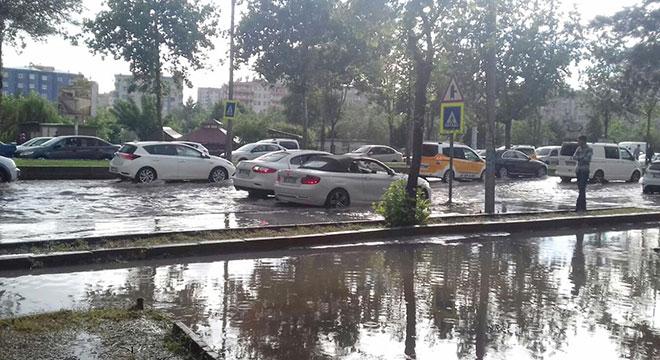 Kuvvetli sağanak Diyarbakır'da trafiği olumsuz etkiledi