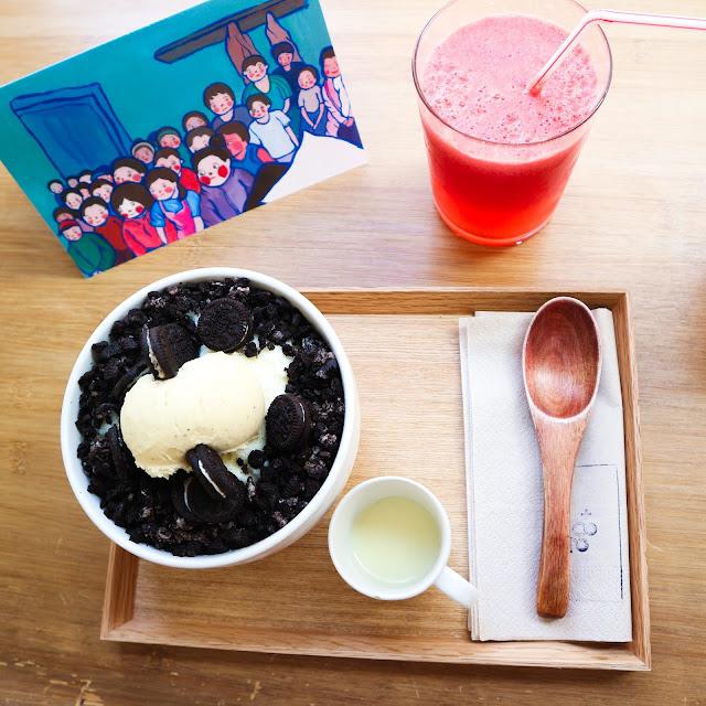 Un bingsu oeo servit dans un joli plateau en bois, et une boisson à la pastèque.