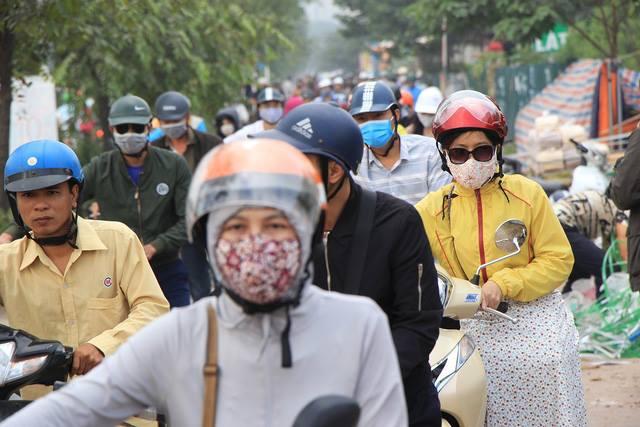 Lạ lùng cảnh hàng trăm người dắt xe máy ngược chiều đối phó CSGT ở Hà Nội 6