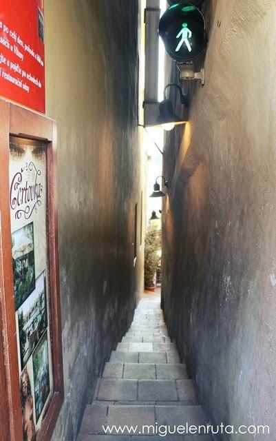 Calle-más-estrecha-del-mundo-en-Praga