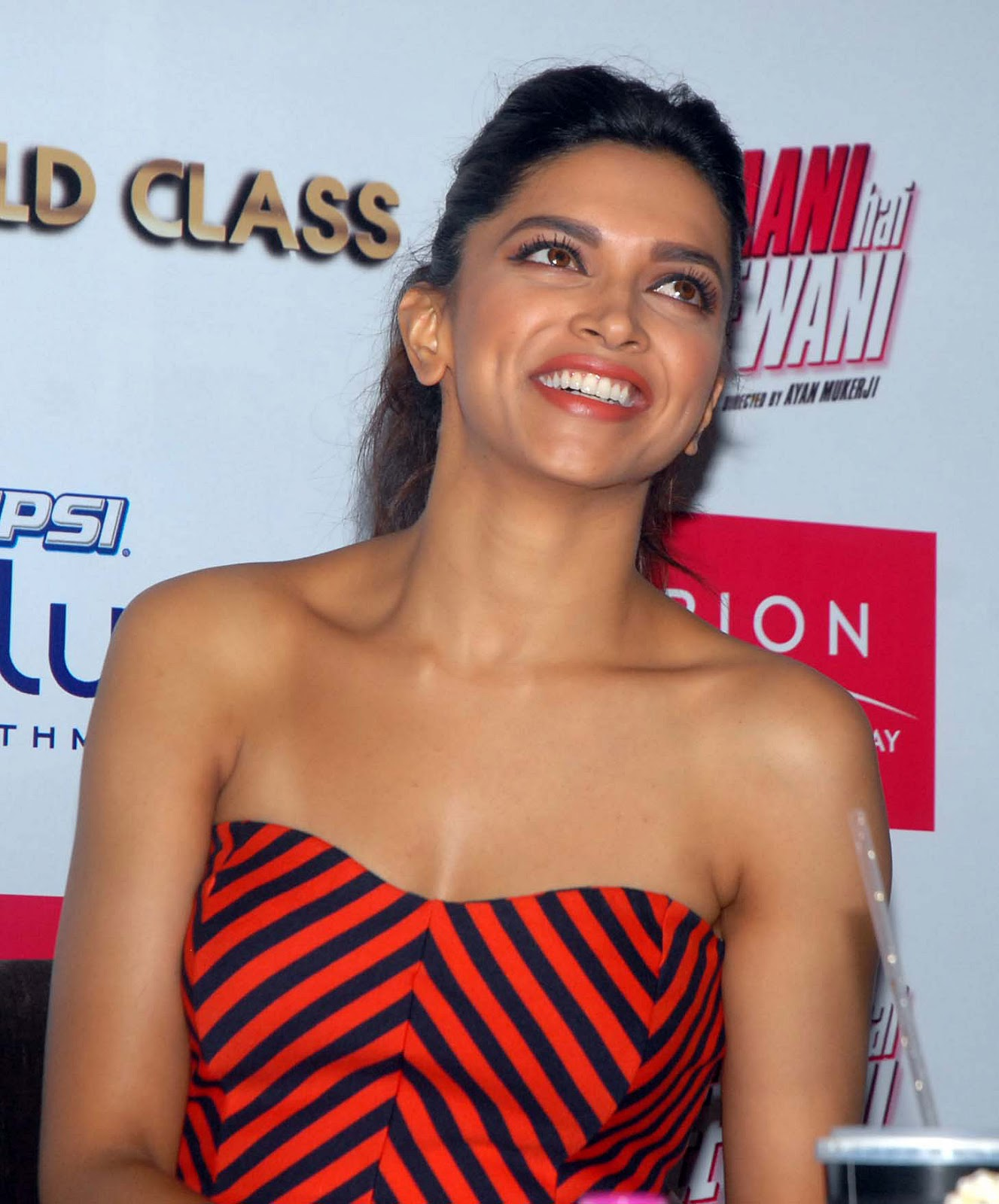 High Quality Bollywood Celebrity Pictures: Deepika ...