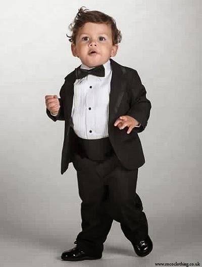 bébé garçon qui vêtu un Costume