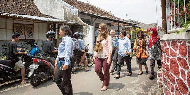 Istri Bill Gates ke Yogyakarta, Duduk Beralas Tikar Sambil Makan Jajan Pasar