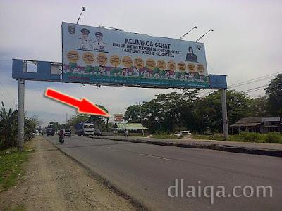 terletak di tepi jalan lintas Sumatera