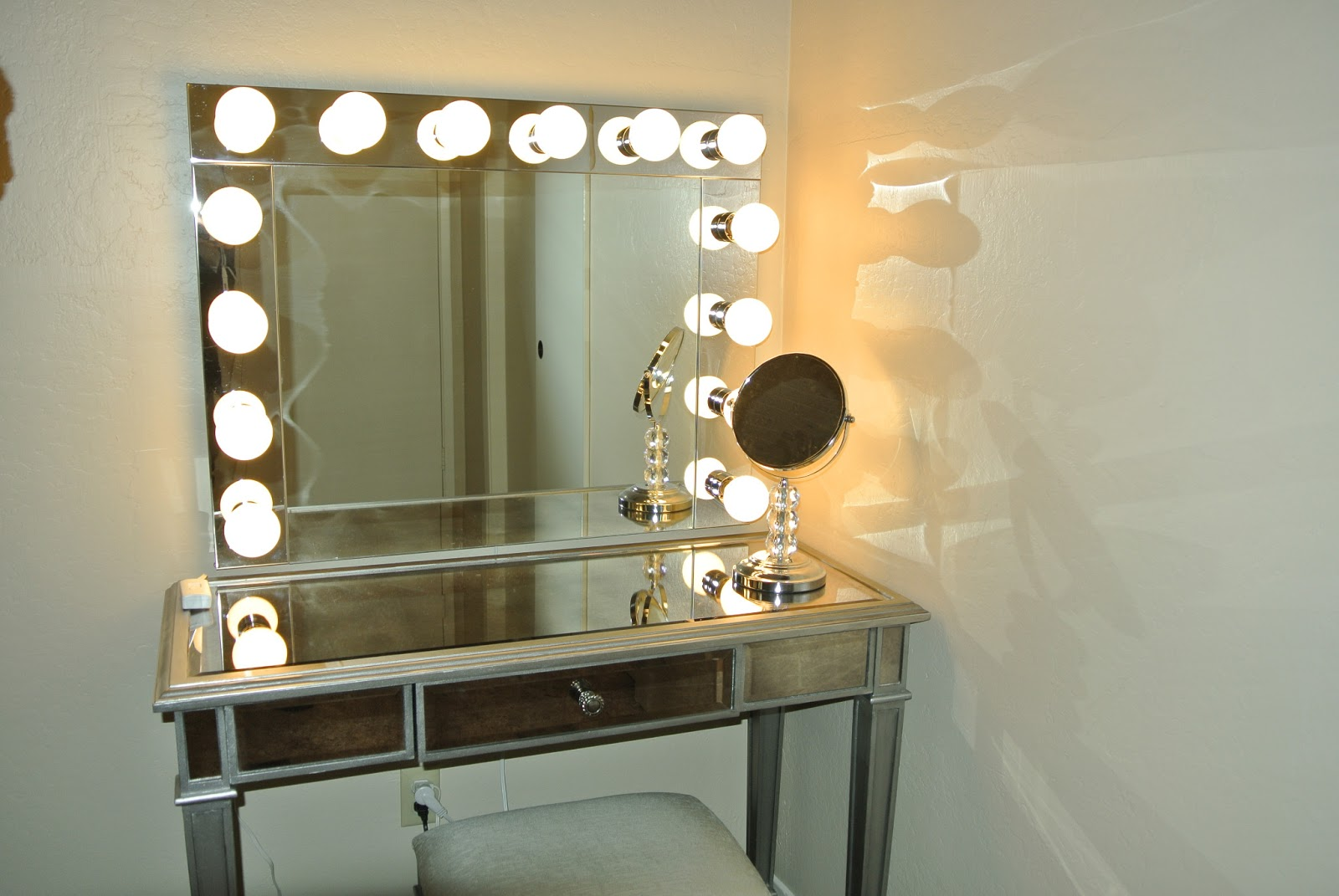 Makeup Vanities With Lighted Mirrors Makeup Mirror With Lights Vanity Table Makeup Vidalondon