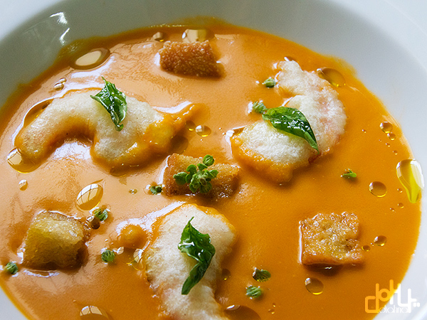 Espléndida sopa de tomate con tempura de langostinos.