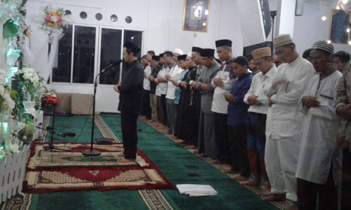 IMAM : Ustad Yusuf Mansur saat menjadi Imam Sholat Magrib berjamaah di Masjid Munzalan Serdam.  Saya mengambil gambarnya dari balik jendela. Foto Asep Haryono