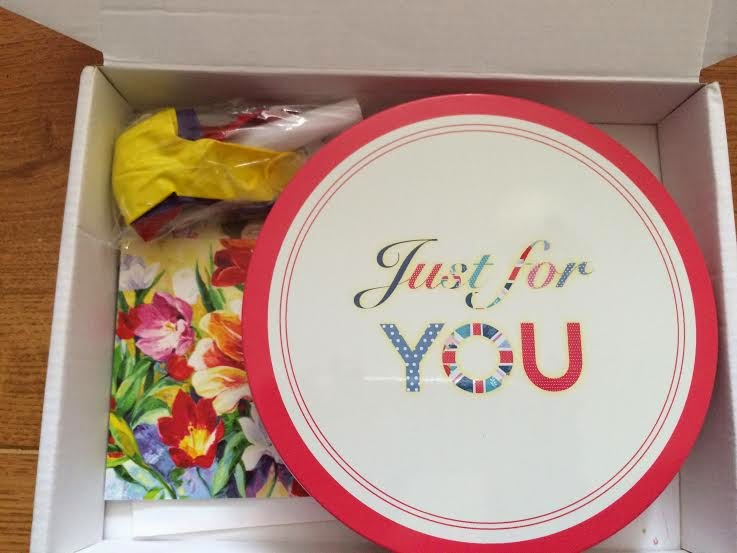 Inside Bakerdays letterbox cake box