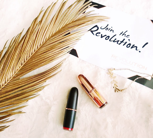 Makeup revolution, Makeup Revolution Flawless, Makeup Revolution Epic Day Palette, Makeup Revolution Hightlight palette, Rose Light, Makup Revolution Strobe Highlighter, Makeup Revolution Rose Gold pomadka Private Members Club,  Makeup Revoltion Iconic Matte szminka Red Carper,