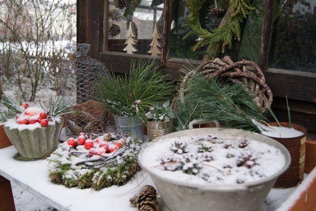 Pflanztisch weihnachtlich dekoriert mit Schnee