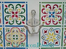 Stencil-azulejo-hidráulico-perchero-handmade-Crea2-Con-Pasión-colgador-colocado