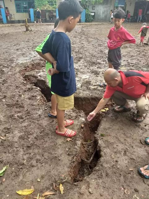 Fenomena Tanah Terbelah Usai Hujan Gegerkan Warga Depok! Benarkah Disambar Petir?