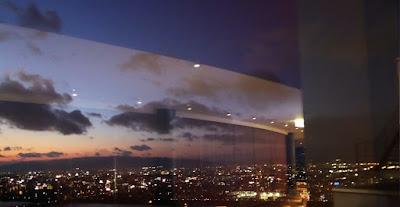 梅田スカイビルの空中庭園展望台から望む夕焼け空(夜景)