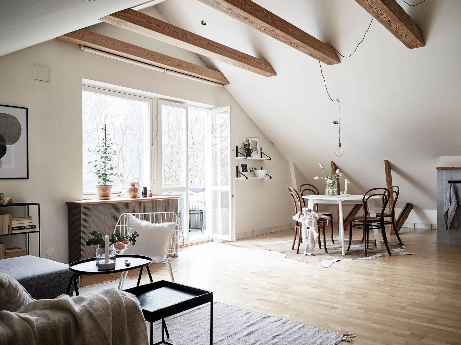 salon w stylu skandynawskim, skośne ściany w salonie,