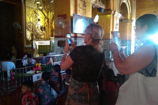 ခင္ႏွင္းေဝ (Myanmar Now) ● မႏၲေလးရွိဘုရားမ်ားအား ဓာတ္ပုံရိုက္ခြင့္ ကမၻာလွည့္မ်ားထံမွ ေငြေကာက္သင့္သလား
