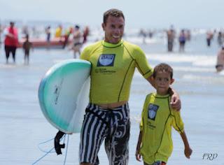 """Com a inédita categoria """"Pais e Filhos"""", Festival de Surf do Ilha Verão contou com ondas, música e competições"""