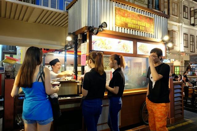 makan malam di chinatown singapore