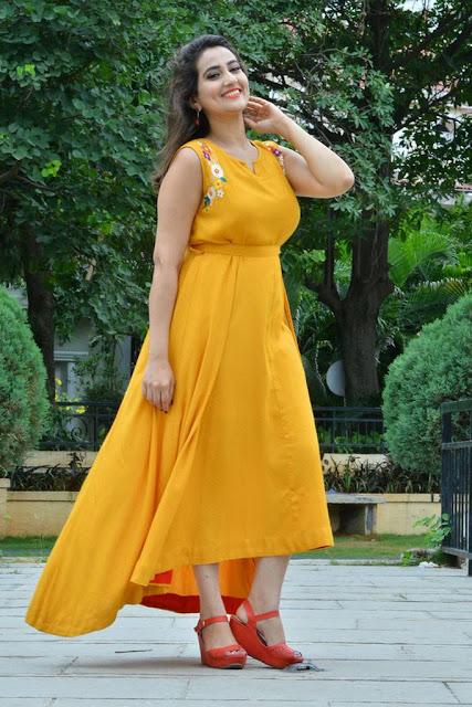 Anchor Manjusha Stills In Yellow Dress