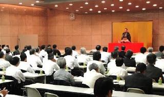講演会講師・三遊亭楽春の笑いから始まるコミュニケーション講演会の風景。