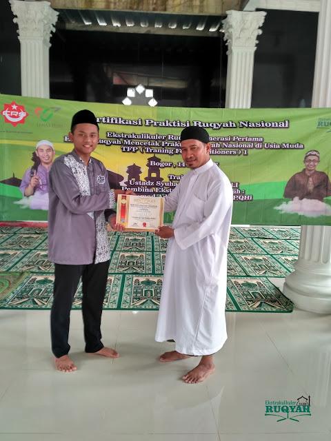 Penyerahan sertifikat profesi praktisi ruqyah nasional untuk M. Zildan Abdul Aziz, P.QHi