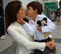 Resultado de imagem para beijar filho na boca
