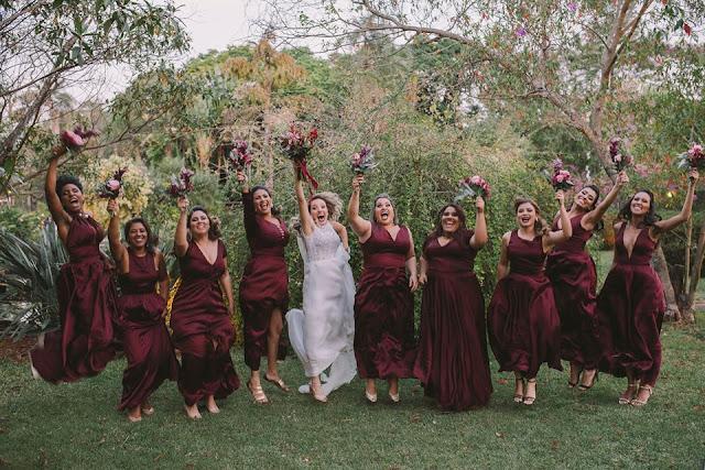 Casamento rústico, casamento real, DIY, marsala, noiva, buquê, marsala, buquê desconstruído, casamento diurno, noiva e madrinhas, noiva pulando